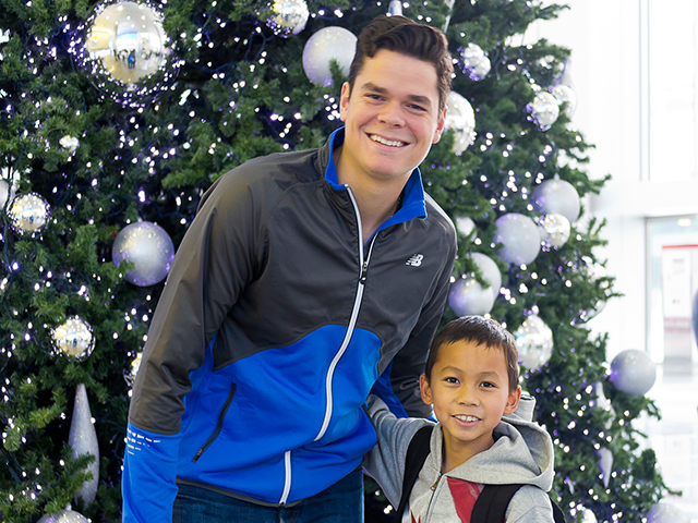 Milos Raonic with a young fan